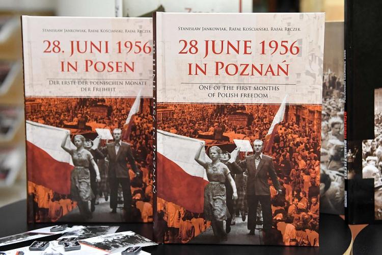 """Wersja angielska i niemiecka publikacji """"28 czerwca 1956 r. Pierwszy z polskich miesięcy"""". Fot. PAP/R. Pietruszka"""