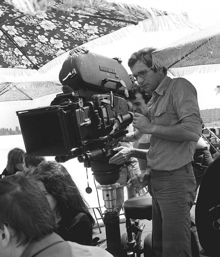 """Krzysztof Kieślowski na planie filmu """"Nasz człowiek"""". 1975 r. Fot. PAP/CAF/W. Rozmysłowicz"""