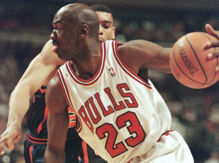 Michael Jordan podczas meczu NBA Chicago Bulls - New York Knicks. 1998 r. Fot. PAP/EPA