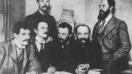 Przywódcy Polskiej Partii Socjalistycznej w Londynie. Siedzą od lewej: Ignacy Mościcki, Jędrzejewicz, Józef Piłsudski, Aleksander Dębski; stoją Bolesław Miklaszewski i Witold Jodko-Narkiewicz. Źródło: NAC