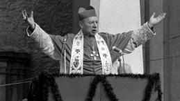 ROK 1966. OBCHODY MILENIJNE. KARDYNAŁ STEFAN WYSZYŃSKI PRZEMAWIA DO WIERNYCH W TRZEBNICY. Fot. PAP/E. Wołoszczuk
