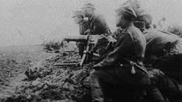 Warszawa, połowa sierpnia 1920 r. Żołnierze z polskim karabinem maszynowym na polu bitwy pod Radzyminem. Dokładna data nieznana. Fot. PAP-Archiwum