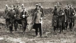 Józef Piłsudski ze sztabem, wiosna 1920 r. Źródło: Wikipedia Commons