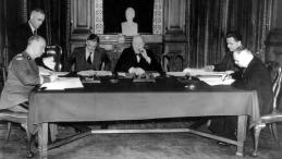 Londyn, 30.07.1941. Podpisanie układu polsko-sowieckiego. Od lewej: Władysław Sikorski, Anthony Eden, Winston Churchill i Iwan Majski. Źródło: NAC