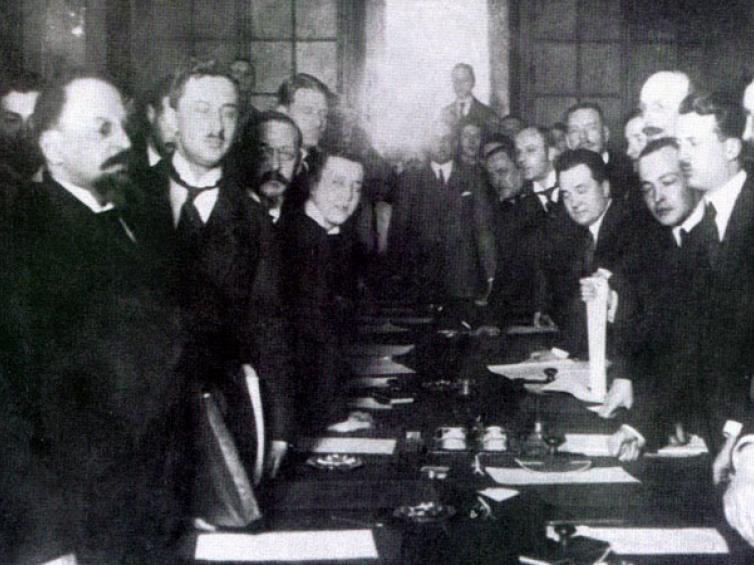 Ryga, 18 marca 1921 r. Podpisanie traktatu pokojowego polsko-sowieckiego. Na zdj. pierwszy z prawej Jan Dąbski. Źródło: NAC