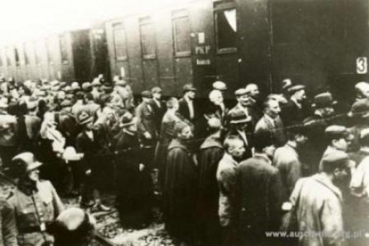 Więźniowie z pierwszego transportu Polaków do Auschwitz na dworcu w Tarnowie. Fot. Państwowe Muzeum Auschwitz-Birkenau