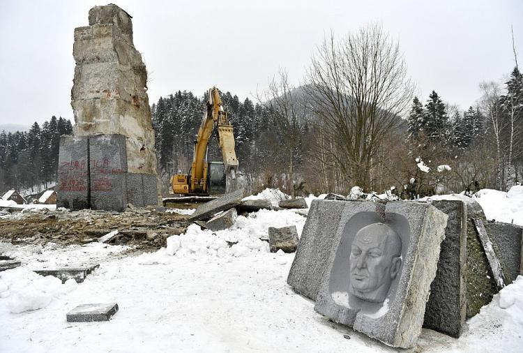 Demontaż pomnika generała Karola Świerczewskiego w Jabłonkach. 23.02.2018. Fot. PAP/D. Delmanowicz