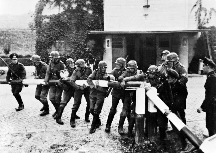 Łamanie szlabanu granicznego przez żołnierzy niemieckiej armii. Sopot 1 września 1939 r. Fot. PAP/Reprodukcja