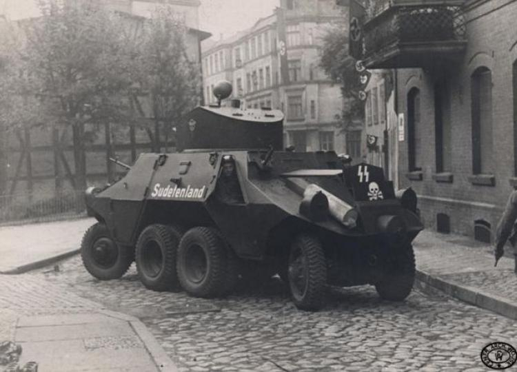 """Samochód pancerny Austro-Daimler ADGZ """"Sudetenland"""" Reichswehry SS, na ulicach Gdańska. 01.09.1939 r. Źródło: CAW"""