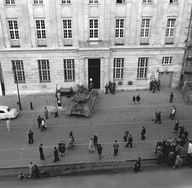 Poznański Czerwiec 1956: spacyfikowane miasto, czołg przed oddziałem Narodowego Banku Polskiego w al. Karola Marcinkowskiego. Fot. PAP/CAF/W. Kondracki